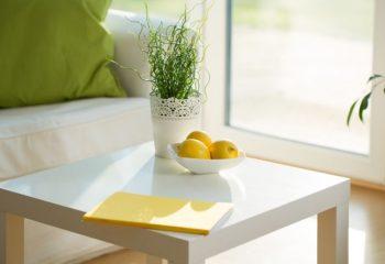 μπολ με λεμόνια πάνω σε τραπεζάκι σαλονιού