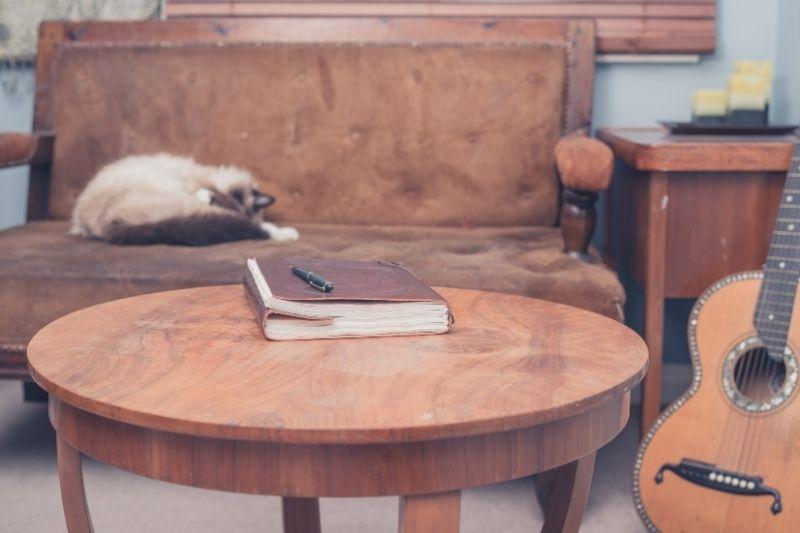 σημειωματάριο πάνω σε τραπεζάκι σαλονιού