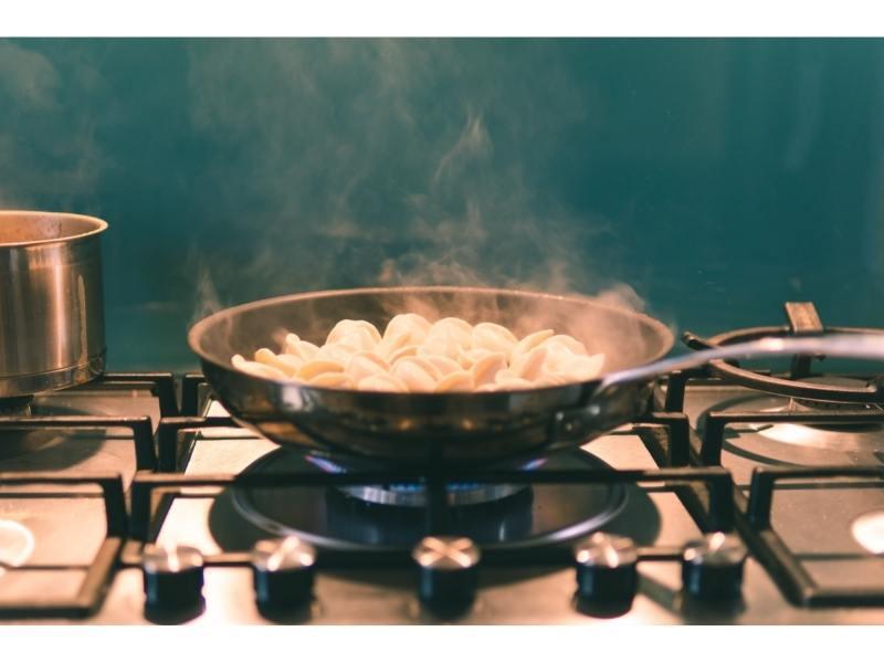Μάτι φούρνου με υγραέριο ζεσταίνει τηγάνι με φαγητό