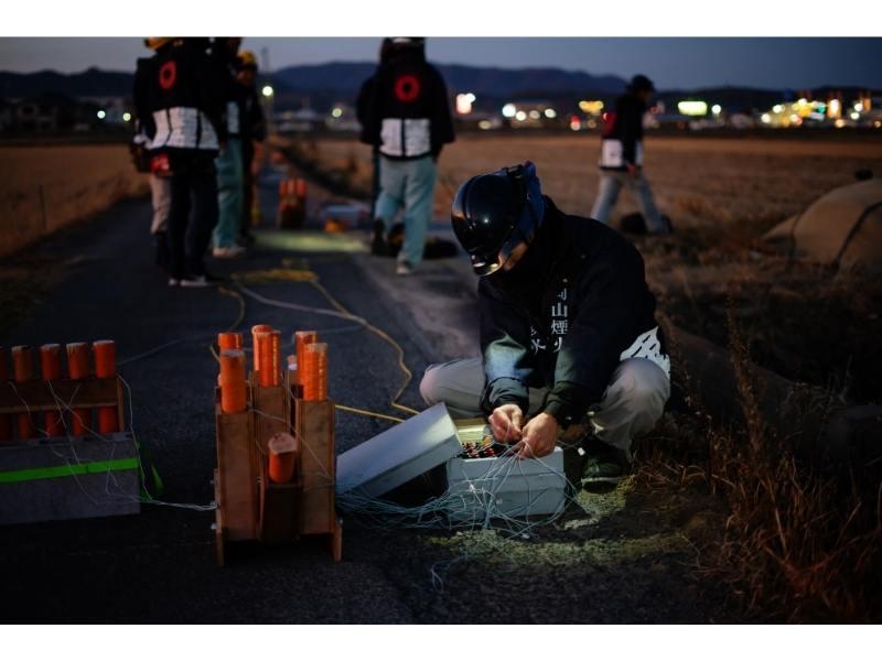 Πυροτεχνουργός ετοιμάζει πυροτεχνήματα