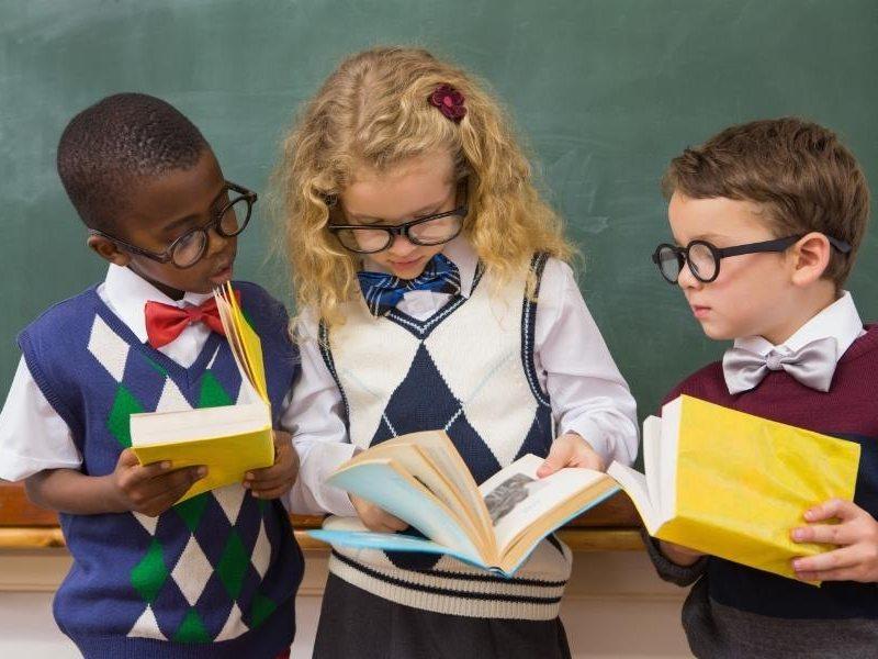 Παιδιά στο σχολείο διαβάζουν λογοτεχνικά βιβλία