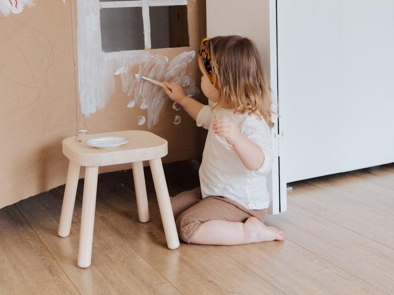 παιδί που ζωγραφίζει